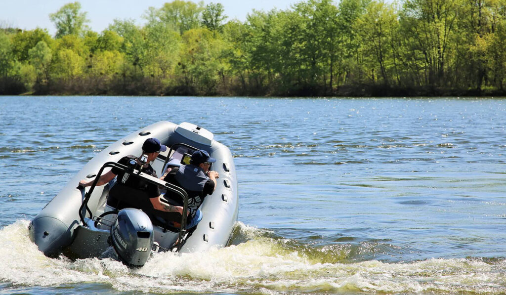 Надувная резиновая лодка с жестким дном фото